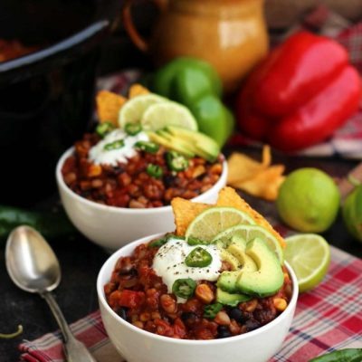 The-Best-Slow-Cooker-Vegan-Chili-Bowls-of-Chili-Closeup-640x960